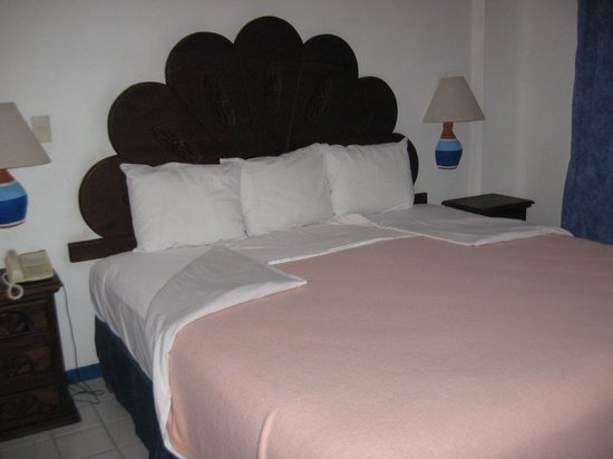Los Arcos Suites:                   Lovely Bed,