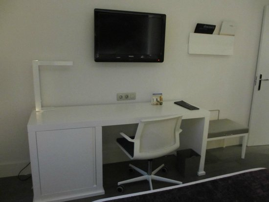NH Collection Villa de Bilbao:                   desk & TV