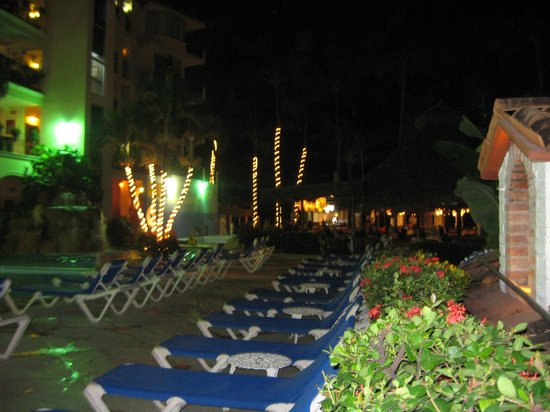 Los Arcos Suites:                   Los Arcos pool at night