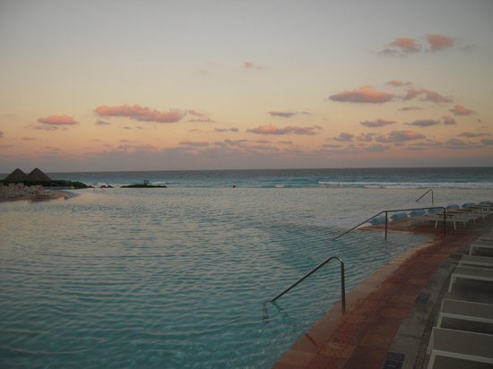 The Westin Lagunamar Ocean Resort:                   Infinity pool!