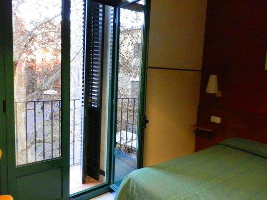 el Jardi:                   Номер с балконом - вид на пл. St. Josep Oriol