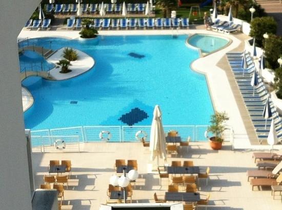Hotel Majestic Beach:                   la piscina vista dalla stanza