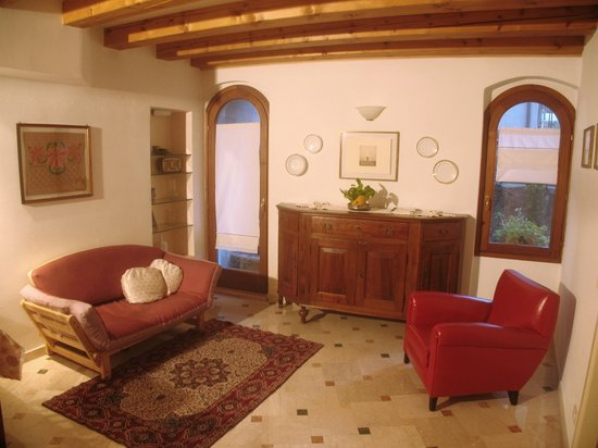 Residenza Carducci: Back suite living area