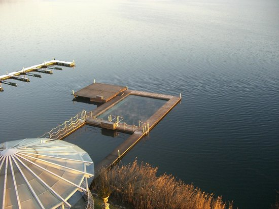 Schloss Seefels Hotel:                   Piscina riscaldata nel lago
