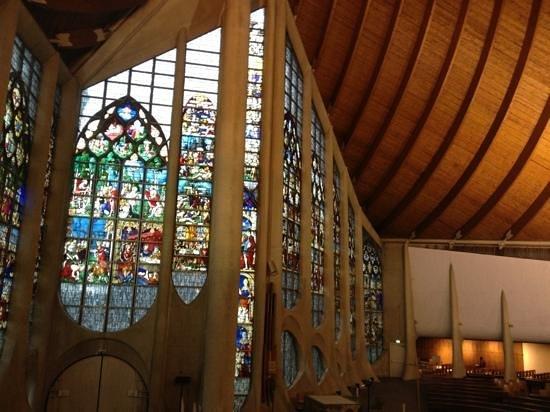 Église Sainte-Jeanne-d'Arc : inside
