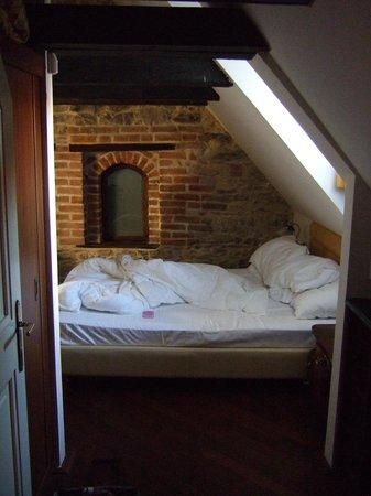 Iron Gate Hotel & Suites:                   Obäddad säng...
