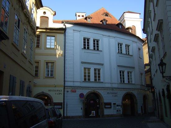 Iron Gate Hotel & Suites:                   Hotellet ligger i slutet av gatan Michalska. En gång genom byggnaden rakt fram