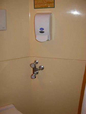 CERISE Auxerre:                   Pas facile de régler la douche avec un mélangeur...