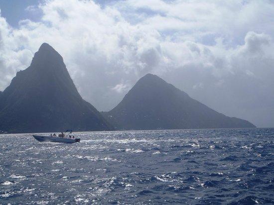 ويندجامير لاندينج فيلا بيتش ريزورت: Pitons from catamaran