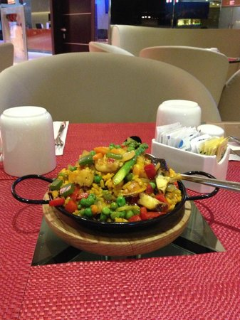 TRYP Panama Centro: cena con las tazas del desayuno puestas