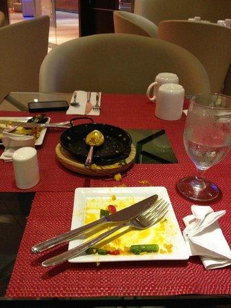 TRYP Panama Centro: cena con platos de postre y tazas desayuno puesta