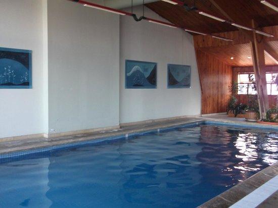 NH Bariloche Edelweiss:                   La piscina es mediana y de agua tibia.