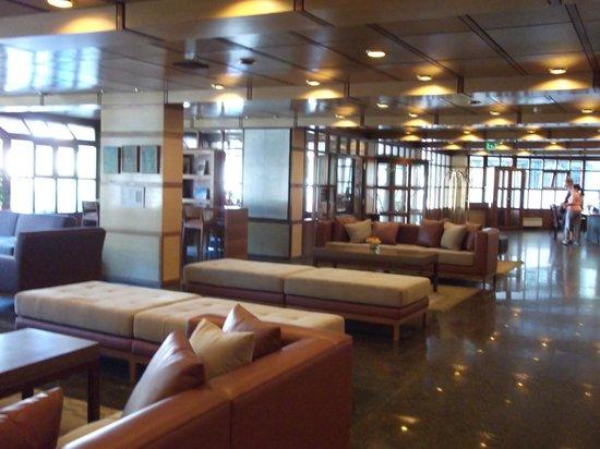 NH Bariloche Edelweiss:                   Lobby muy amplio y confortable