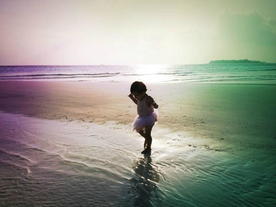 COMO Cocoa Island:                   Dancing on her first beach!