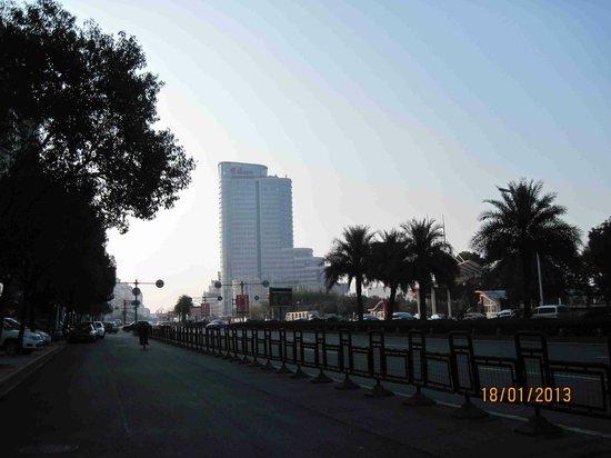 Taizhou Huangyan Yaoda Hotel:                   View of the Yaoda hotel from the street