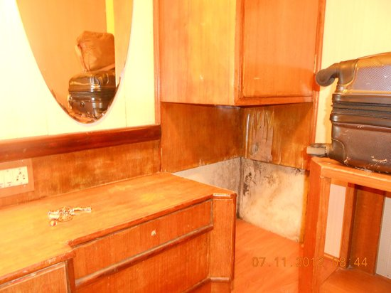 Hotel Darshan Ooty:                   Broken dressing table handle