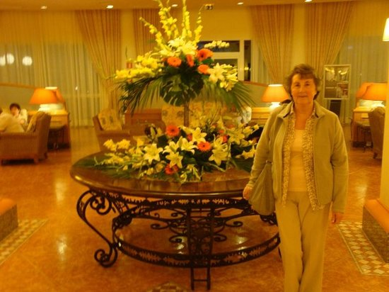 Hotel Riu Arecas: Floral display in reception.