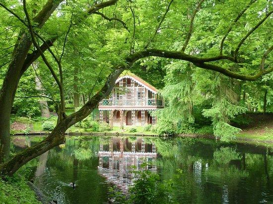 Cuxhaven, Deutschland:                   Teich im Garten