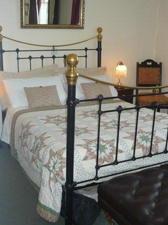Dunallan House: Victorian room