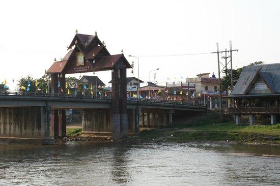 Thaton Garden Riverside:                   Aussicht auf die Brücke