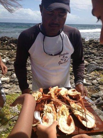 Posada Guaripete:                   O barqueiro Chic Chi servindo lagostas fresquíssimas!