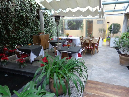 Hotel Villa Condesa:                   Al fresco dining area