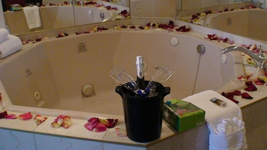 Fantasyland Hotel & Resort: Close up of the jacuzzi, wine and gift basket