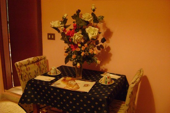 Camere Belvedere Vaticano :                   the nice table in the room