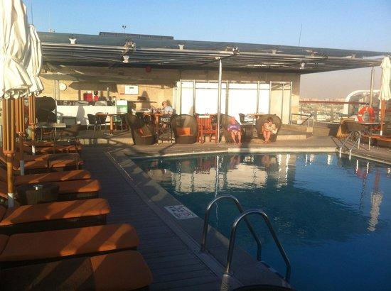 ฮิลตัน ดูไบ ครีก: Poolbar