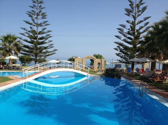 Maleme, Griekenland: Mike's Pool with the amazing Views of the Blue...