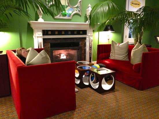 Kimpton Hotel Monaco Washington DC: lobby area fireplace
