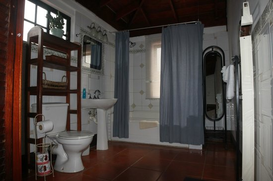 Martha's Guesthouse: Bathrooms