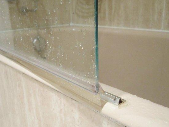 Carlton Hotel:                   esta barra de metal por poco me arranca un dedo, es una arma filosa y cortante