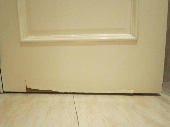 Carlton Hotel:                   puerta del baño, una verguenza para un 5*