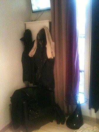 Hotel Camelia Nation:                   mini armoire