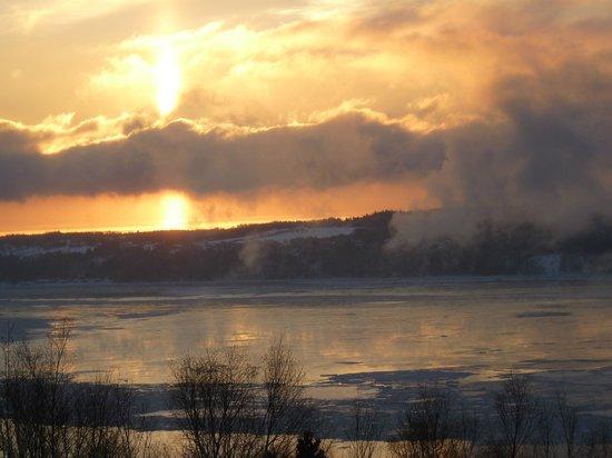 Auberge Cap-aux-corbeaux :                   Coucher de soleil sur l'Île-aux-Coudres