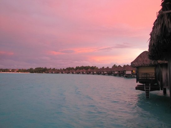 The St. Regis Bora Bora Resort:                   Vista do bangalô