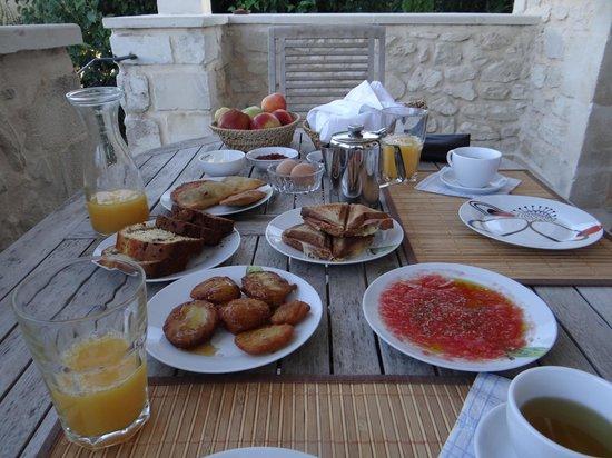 Arcus Suites:                   Petit déjeuner en terrasse