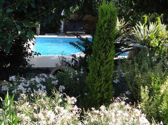 Arcus Suites:                   Vue de la terrasse vers la piscine