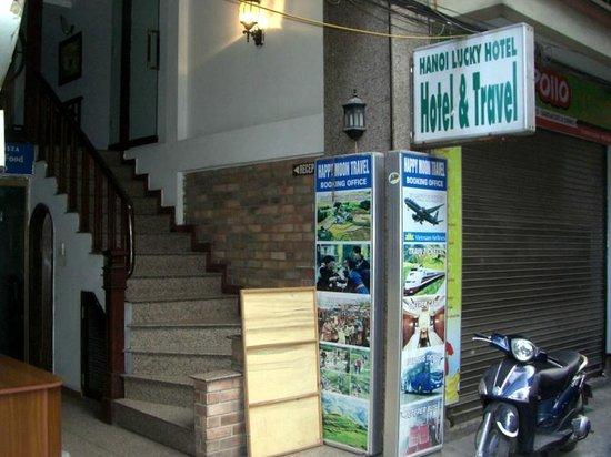 Hanoi Lucky II Hotel :                   Hotel entrance