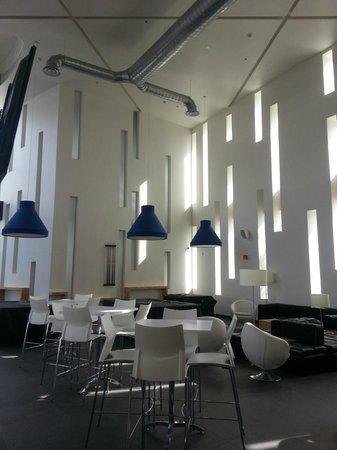 Ramada Encore Guadalajara:                   Área con juegos y salas