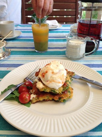 Newcastle's Bed & Breakfast: Freshly squeezed juice, with corn fritters and soft poached egg