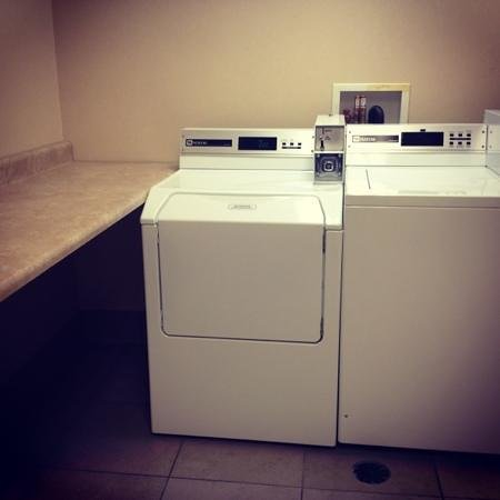 Hampton Inn & Suites Denver Littleton: laundry area