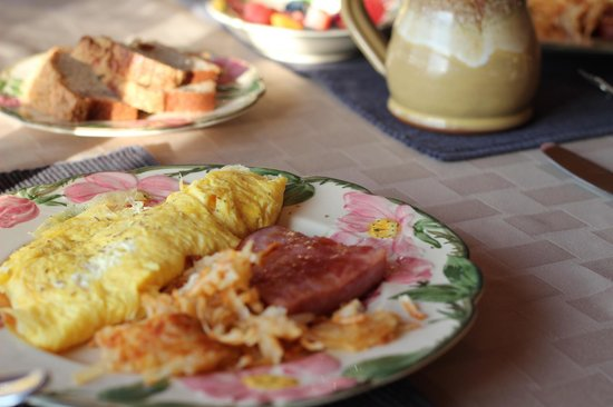 Whispering Pines Bed and Breakfast: A beautiful breakfast each morning