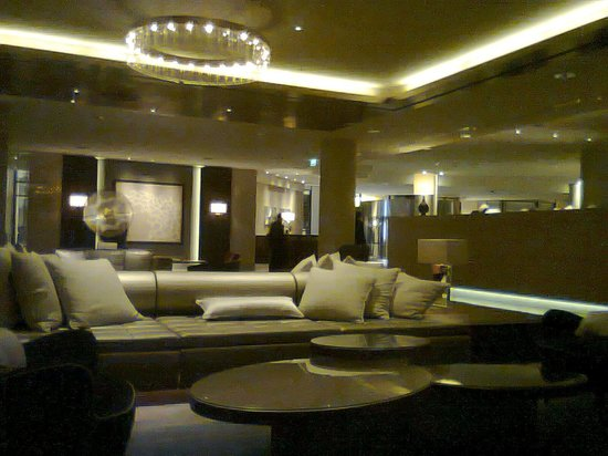 Hilton Berlin:                   lobby/hall reception area