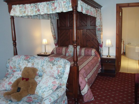 Columba House Hotel: Four-poster room