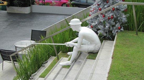 LiT BANGKOK Hotel: Steps to outside bar area