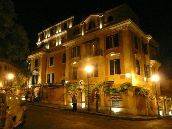 Hotel San Anselmo: Hotel at night
