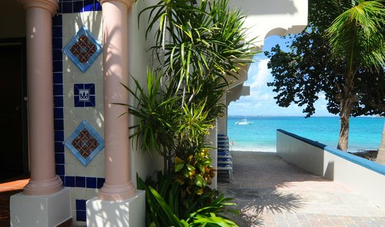 Le Petit Hotel: Walkway to Beach