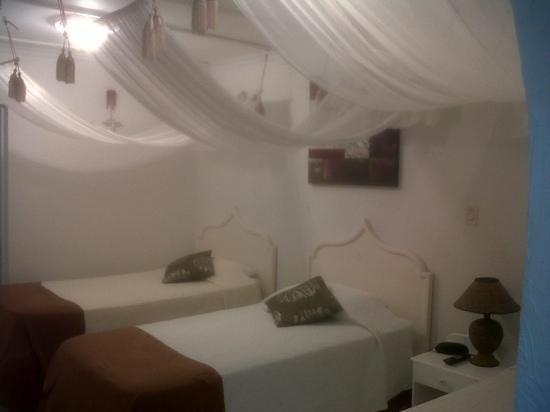 San Andres Noblehouse Hotel:                   habitacion con una linda decoracion, limpia y aplia